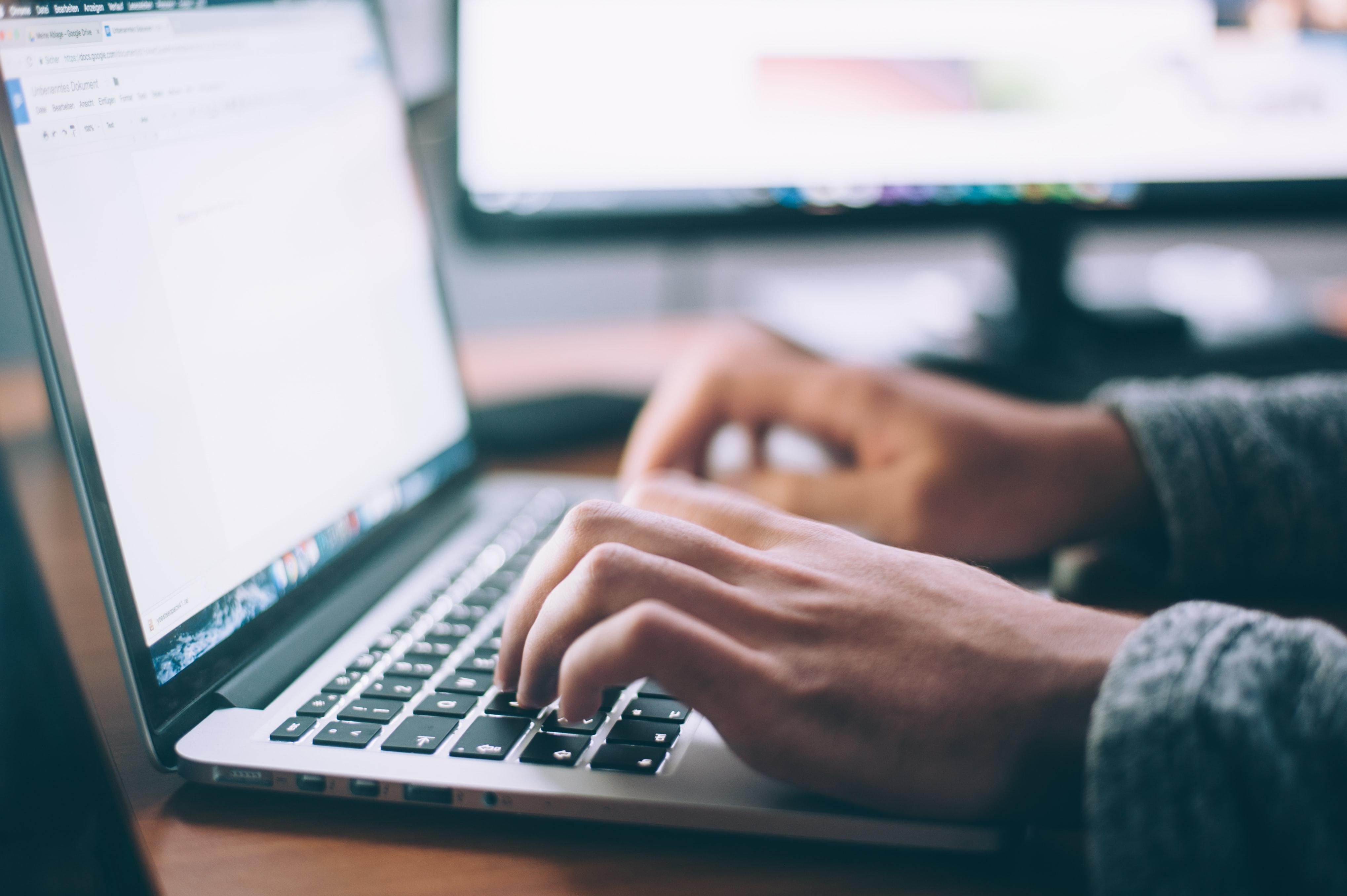 Personne qui tape sur le clavier de son ordinateur