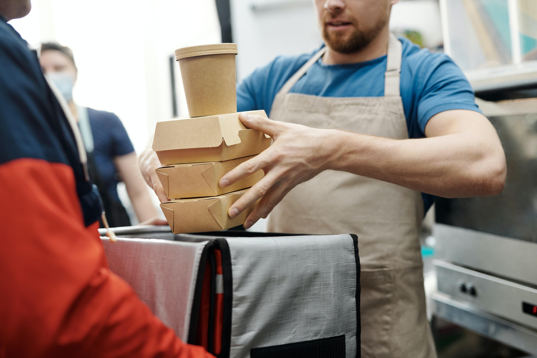 Nourriture à emporter mise à disposition du livreur