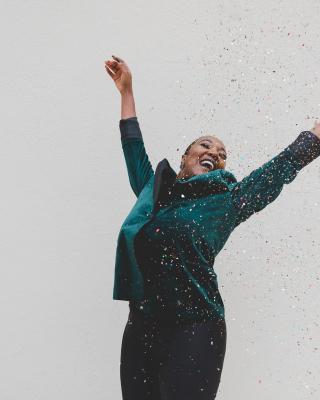 Femme qui saute de joie